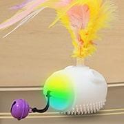 LEDライトと付属の鈴・羽根が好奇心を刺激