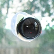 付属の吸盤、取り付け金具で窓や壁面に取り付け可能